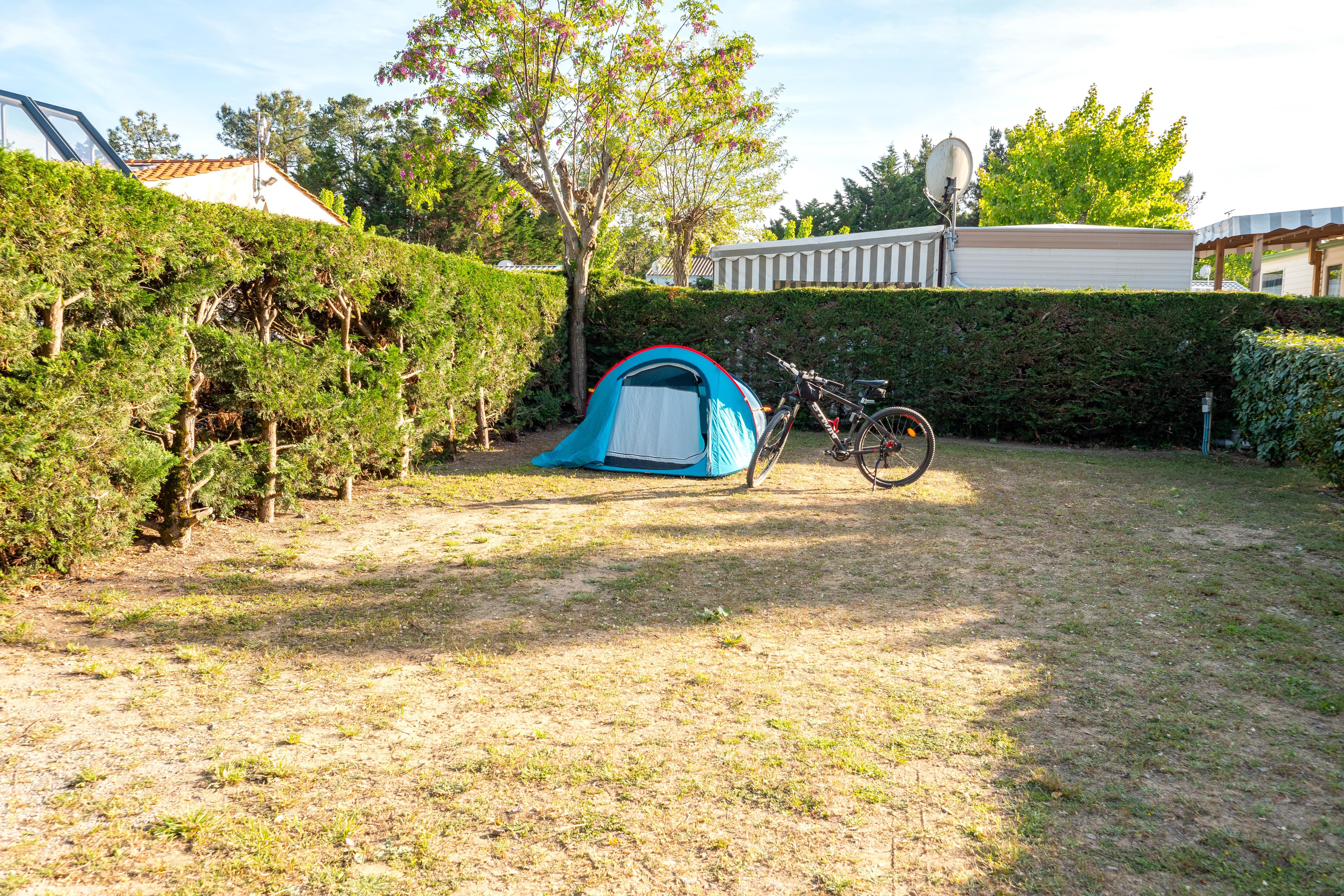 Emplacement 2 personnes + 1 voiture + 1 tente ou 1 caravane ou 1 Camping-car