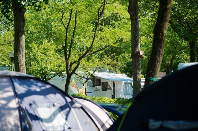 Emplacement - Emplacement  B + 1 Voiture + Tente Ou Caravane + Électricité 6,3A + Digital Tv+ Raccordement Eau Courante / Évacuation - Camping San Marco
