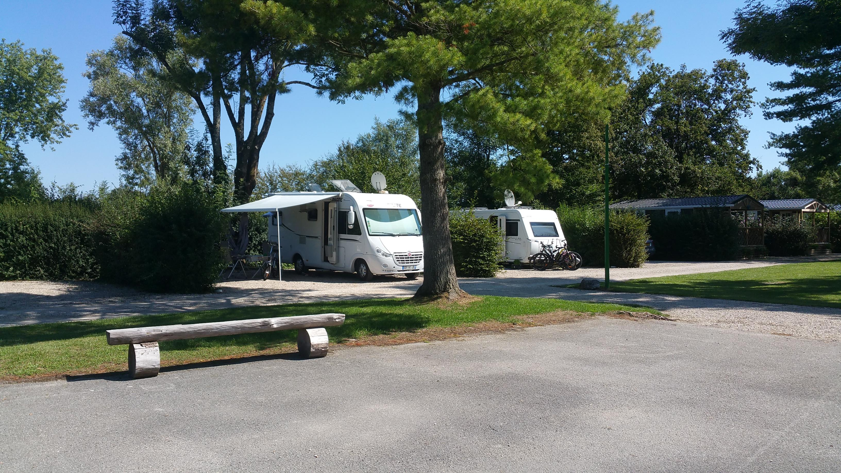 Standplaats - Emplacements - Camping Le Paradis des Dombes