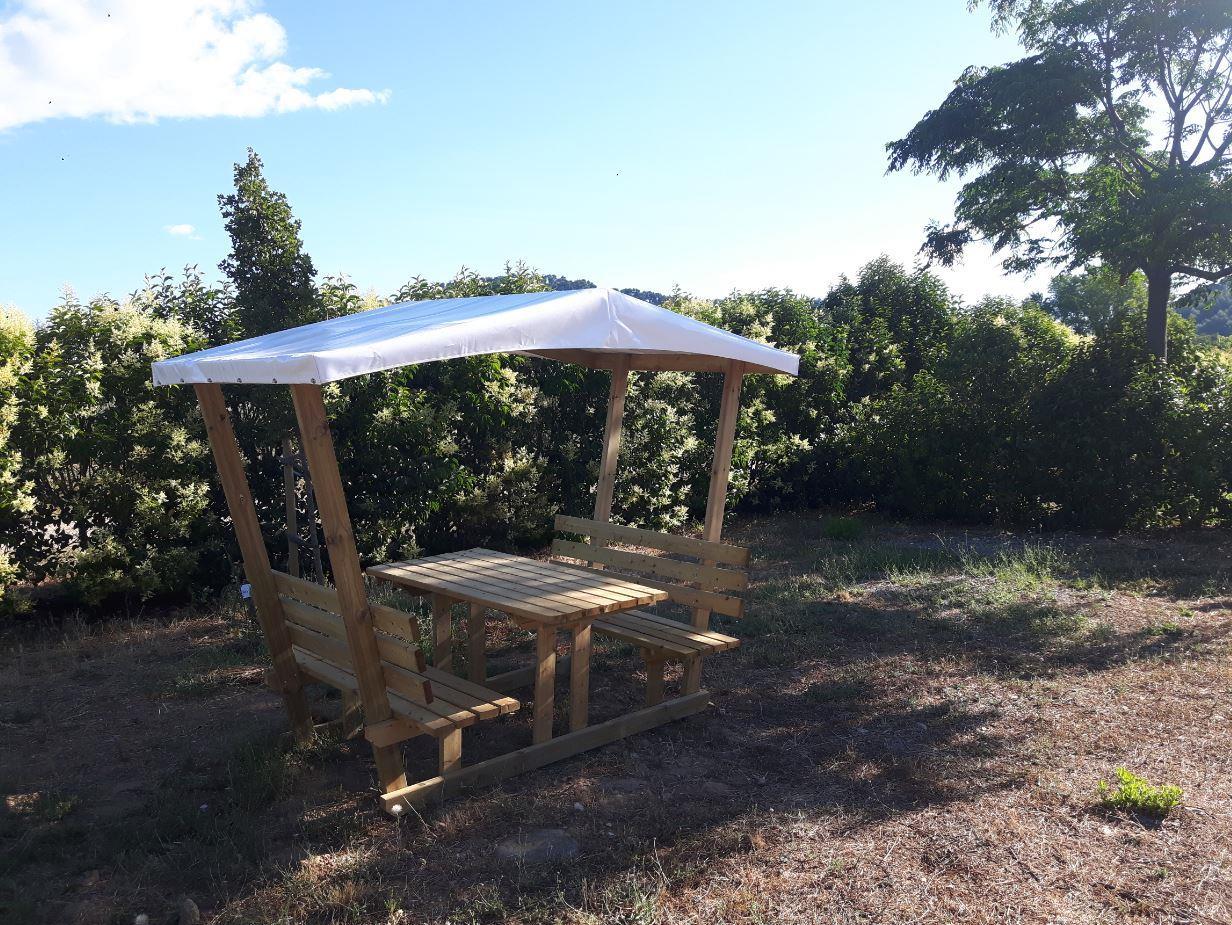 Forfait Premium (1 tente, caravane ou camping-car / 1 voiture / électricité / table snack couverte et frigo OU grand confort)