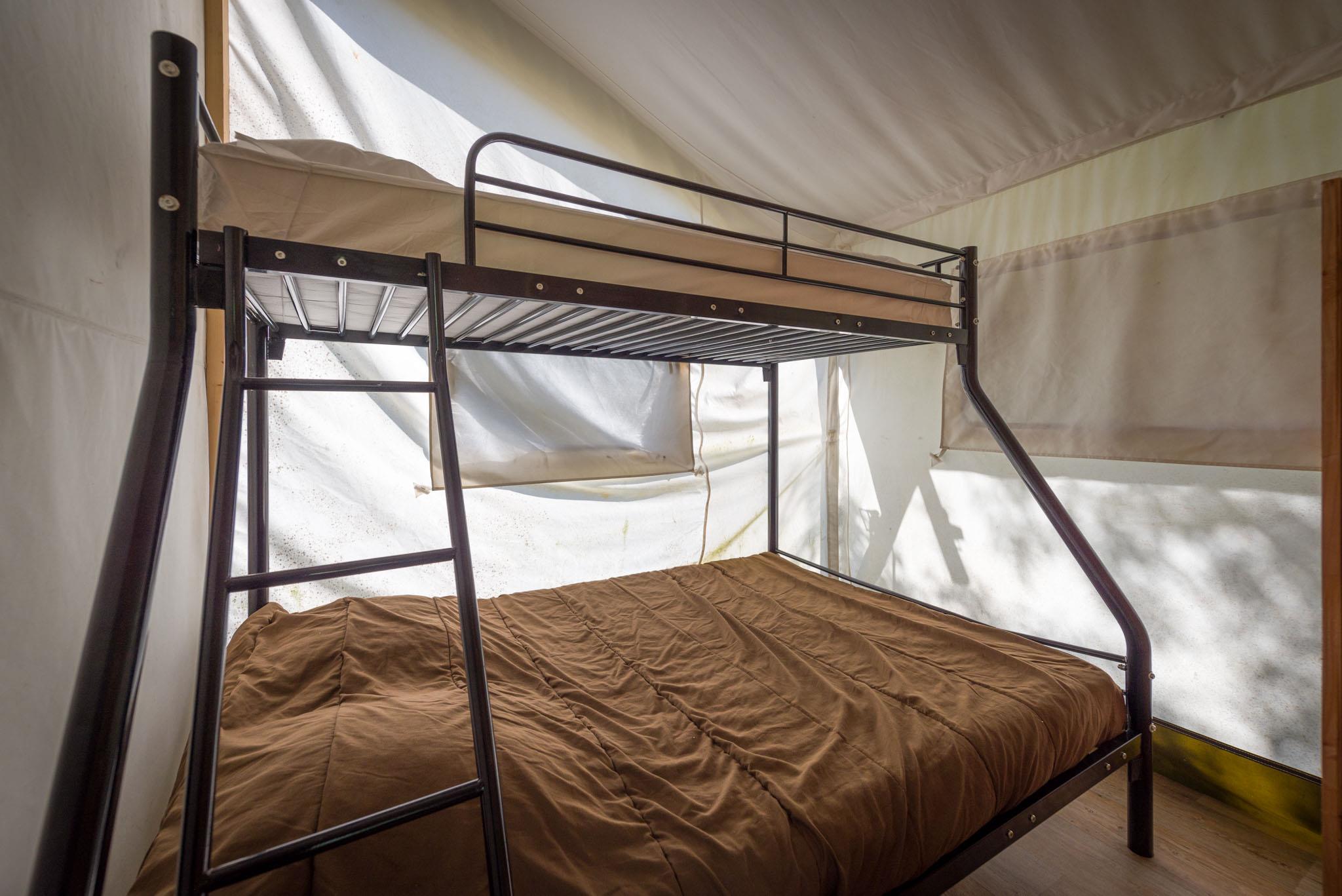 Location - Tente Safari Avec Sanitaires - Camping Sites et Paysages Domaine de L'Étang