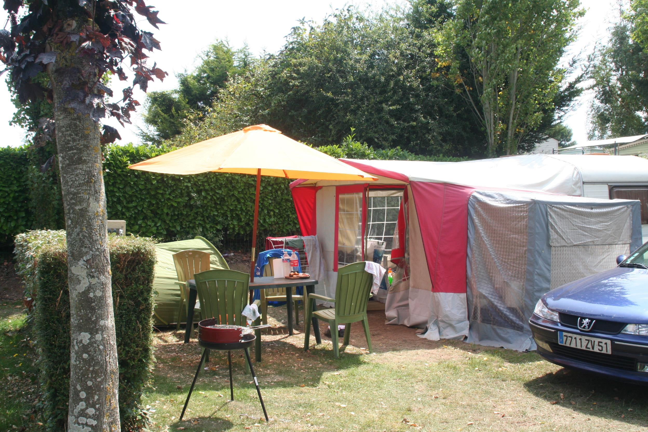 Emplacement - Emplacement Confort  Caravane, Camping-Car, Tente Avec Électricité 10 A - Camping Le Panoramic