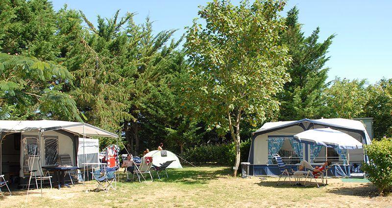 Emplacement - Formule Standard : Emplacement 2 Personnes + Véhicule + Electricité (10 Ampères) - Camping Le Littoral