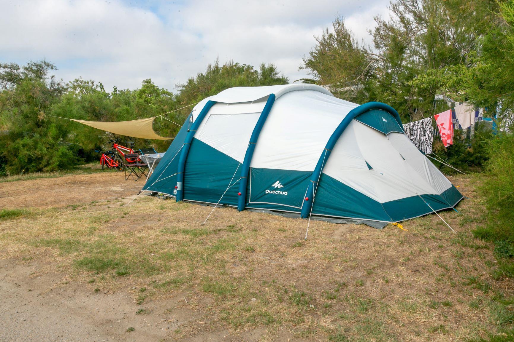 Emplacement - Forfait Confort : Emplacement + 1 Voiture + Électricité 10 A + Eau/Évacuation - Camping Cala Gogo