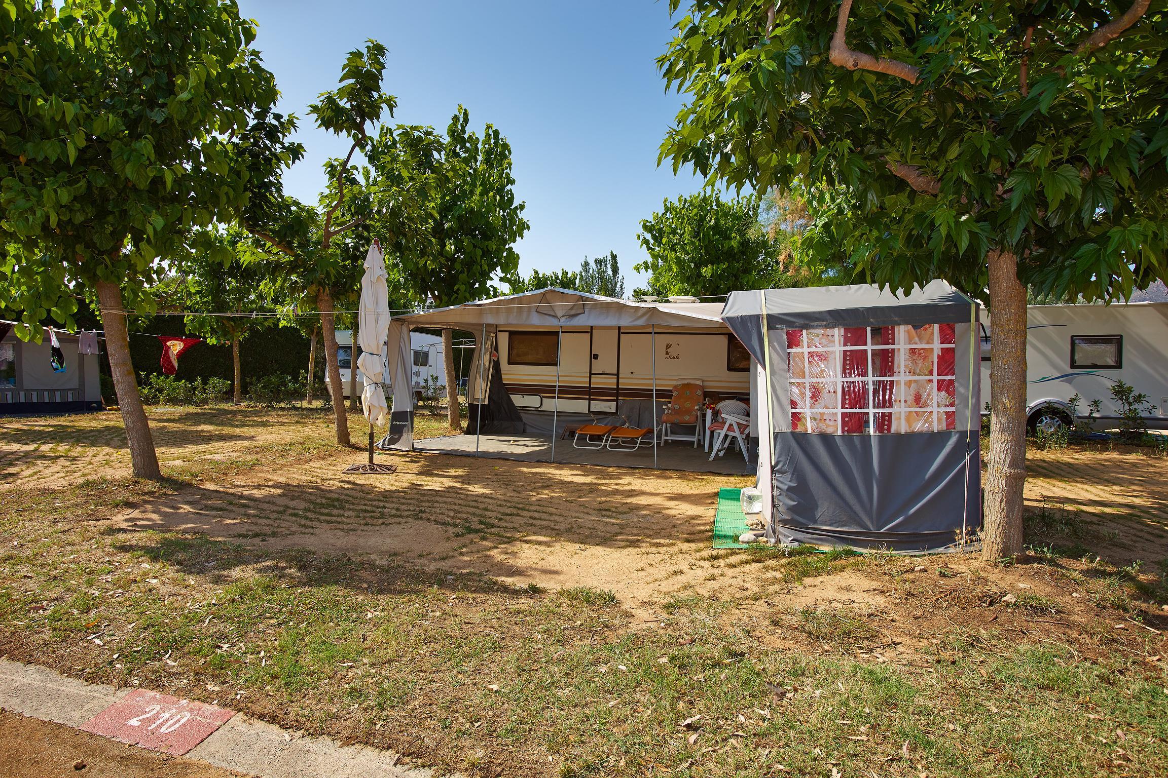 Emplacement - Emplacement Confort - Voiture + Caravane Ou Camping-Car + Électricité 6A - Camping Salatà