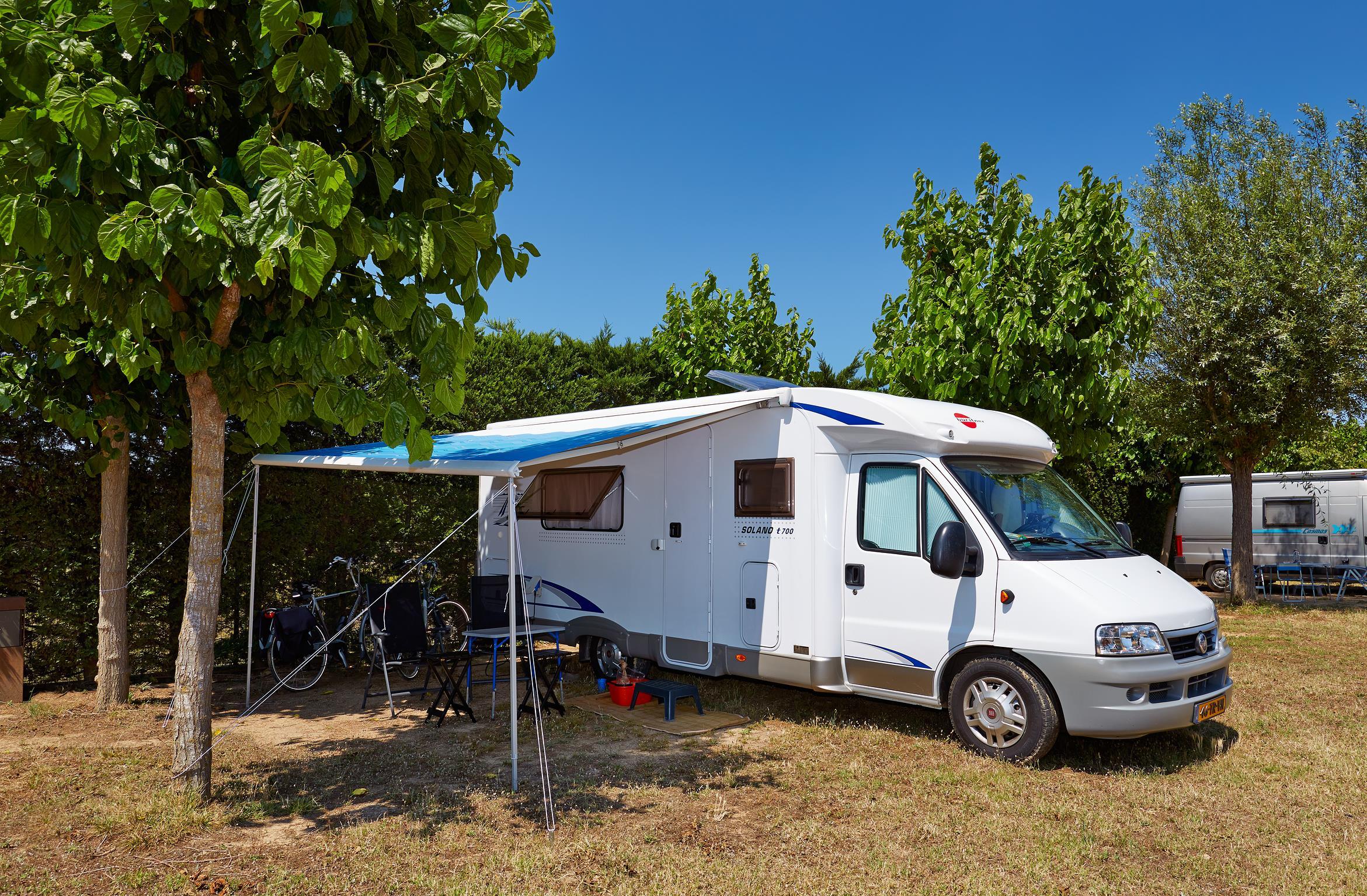 Emplacement - Emplacement Confort Plus - Voiture + Caravane Ou Camping-Car + Électricité 10A - Camping Salatà