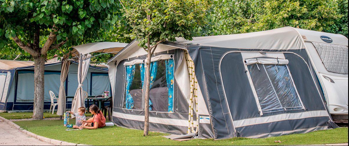 Emplacement - Emplacement: Voiture/Camping-Car + Caravane/Tente + Électricité 10A + Eau + Prise Antenne Tv - Berga Resort