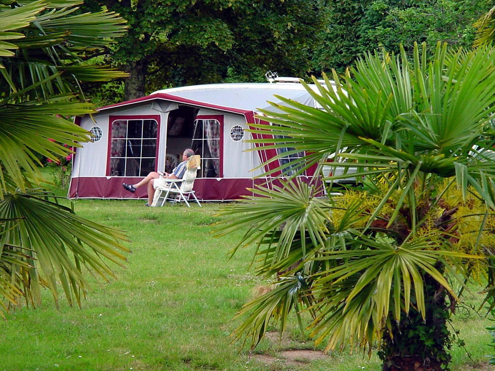 Emplacement - Emplacement Castel Premium 120M² (Empl Confort + Salon De Jardin + Frigo + Barbecue ) - Camping Castel L'Orangerie de Lanniron