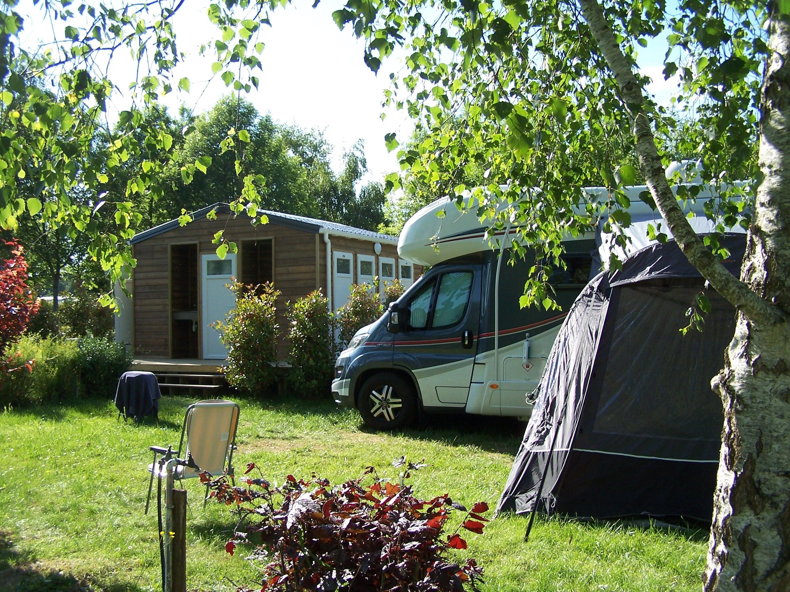 Emplacement - Emplacement Castels Suite -Sanitaire Privatif - Electricité 10 A - Eau - Evacuation - - Camping Castel Parc de Fierbois