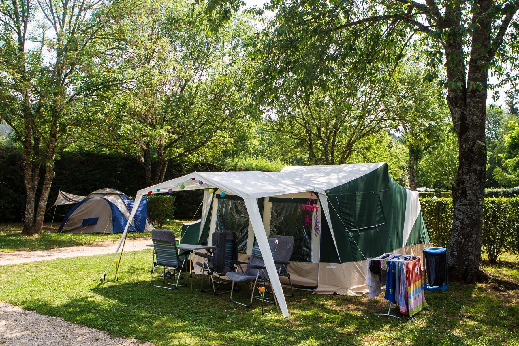 Emplacement Confort : voiture + tente/caravane ou camping-car + électricité