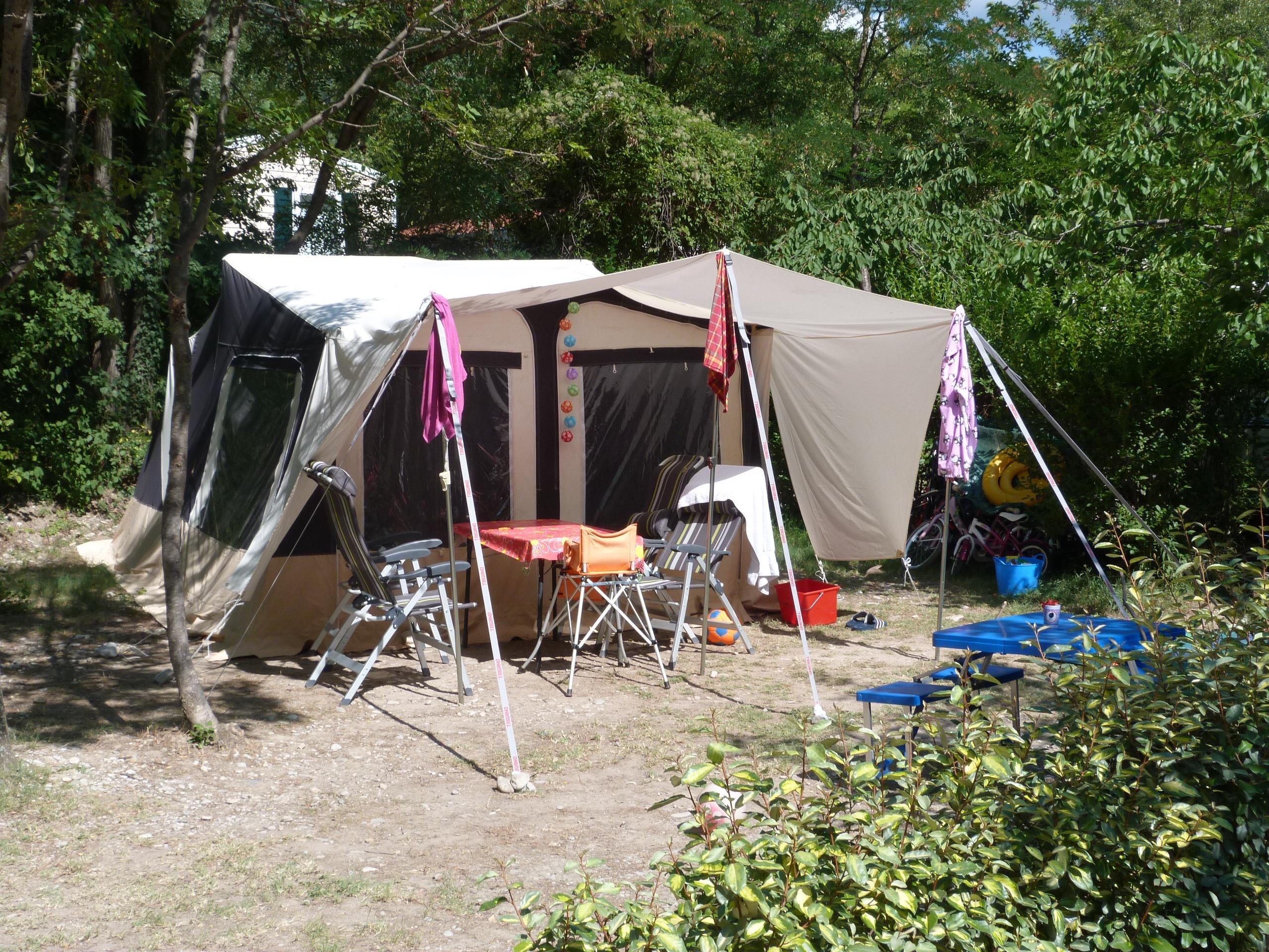Pitch - Pitch 80 M² + 1 Car + Tent + Electricity 10A. - CAMPING LES CLOS