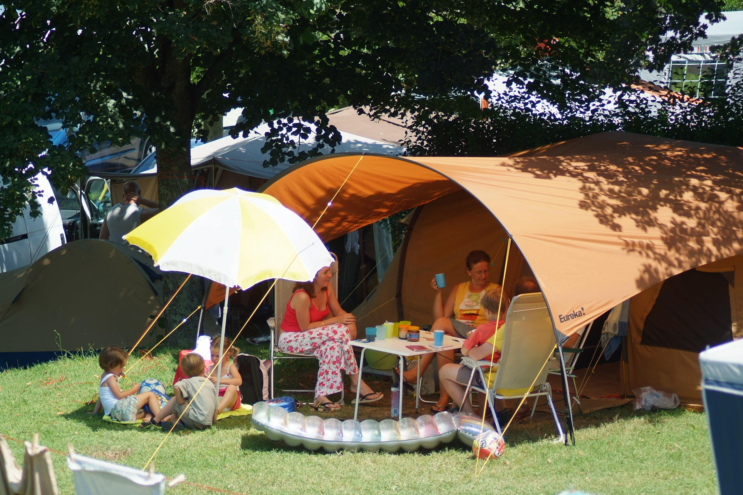 Pitch - Family Package (2 Adults, 2 Children (-12 Years), Car, 2 Tents, Caravan Or Camping-Car, With Electricity) - Camping Lac du Lit du Roi
