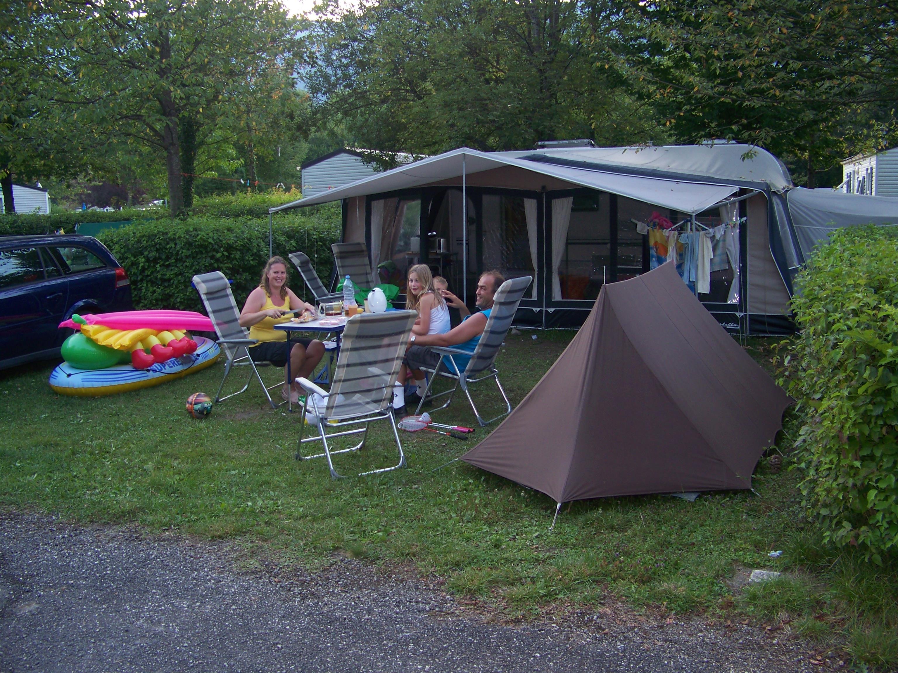 Emplacement - Forfait Confort (Voiture+Tente Ou Caravane Électricité 10A) - Camping Lac de Carouge