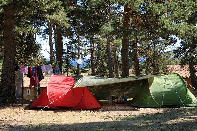 Emplacement - Emplacement Confort, 1 Installation, 1 Véhicule, 1 Branchement 6A, 1 Adulte - Camping Les Sous Bois du Lac