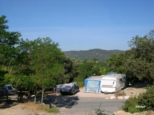 Emplacement - Forfait Emplacement Tente, Caravane Ou Camping-Car + Véhicule + Électricité 10 Amp. - Camping La Pinède
