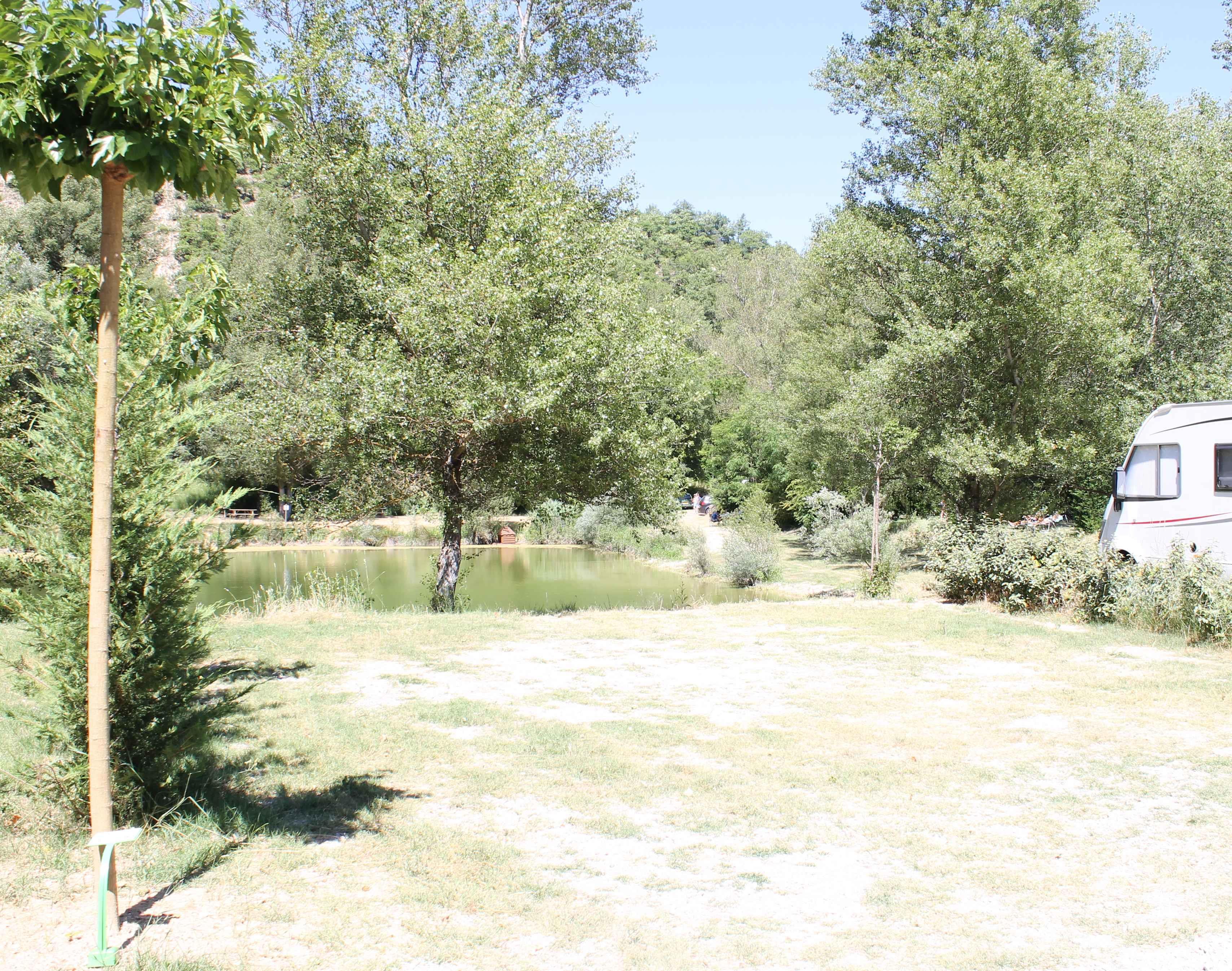 Emplacement - Forfait Nature (1 Tente, Caravane Ou Camping-Car / 1 Voiture) - Flower Camping La Riviere