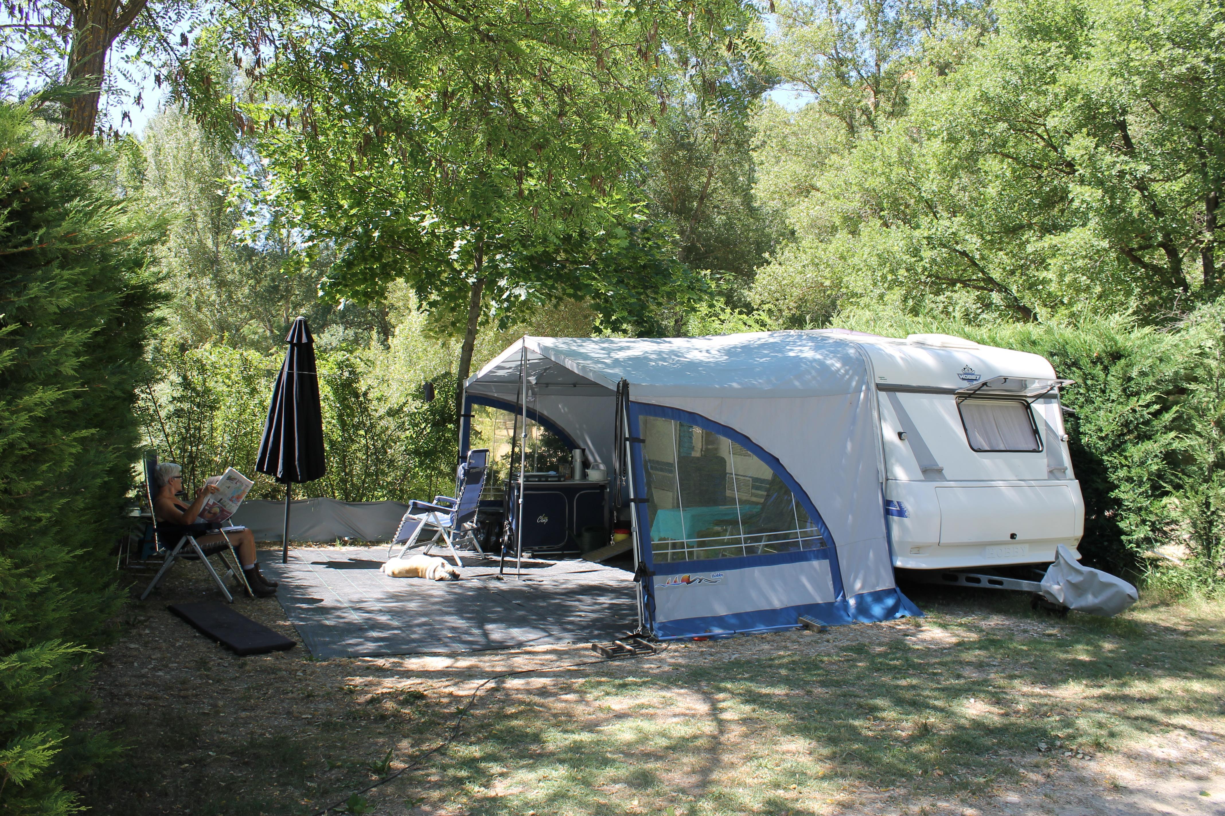 Emplacement - Forfait Privilège (1 Tente, Caravane Ou Camping-Car / 1 Voiture / Électricité 10A/Au Bord De L'étang Ou De La Rivière) - Flower Camping La Riviere