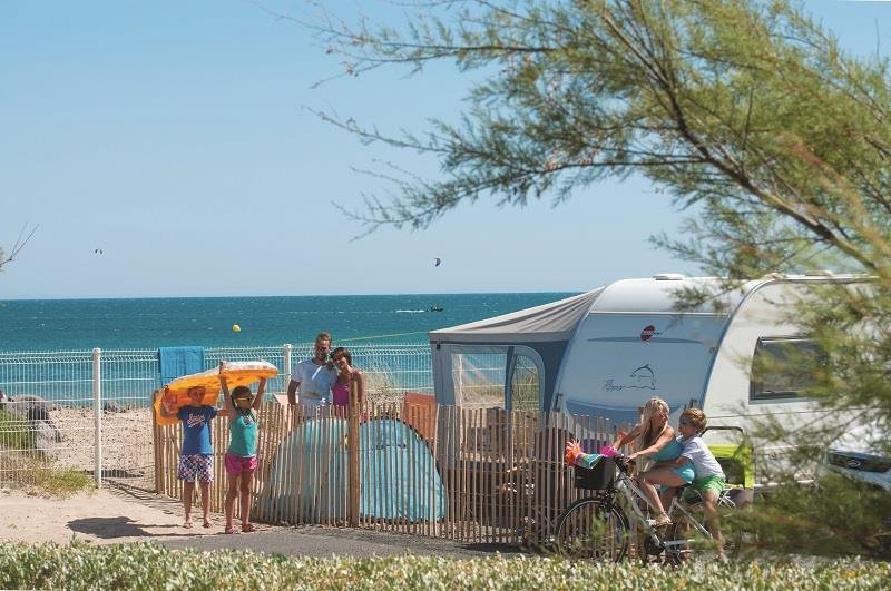 Pitch - Camping Pitch First Row With Sea View - Caravan Or Camping-Car + Electricity - Les Méditerranées - Camping Beach Garden