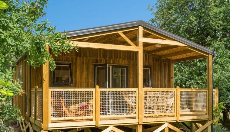 Chalet premium 35m² / 3 chambres - salon avec TV - Terrasse intégrée avec salon de jardin, barbecue et transats