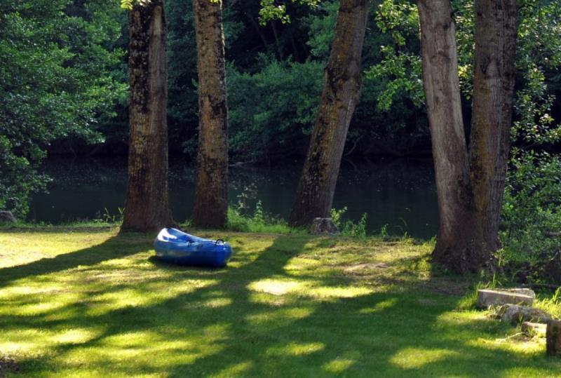 Emplacement - Forfait Bord De Rivière Nature (1 Tente, Caravane / 1 Voiture.  Pas De Camping-Car) - Flower Camping Les Gorges de l'Aveyron
