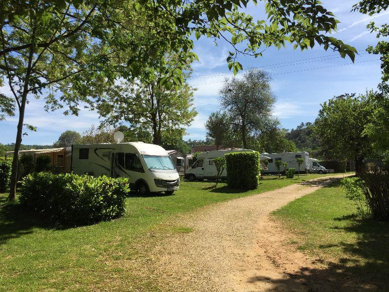 Emplacement - Forfait Etape Camping-Car 2 Pers (Une Nuit) Avec Ou Sans Électricité - Camping Domaine des Chênes Verts