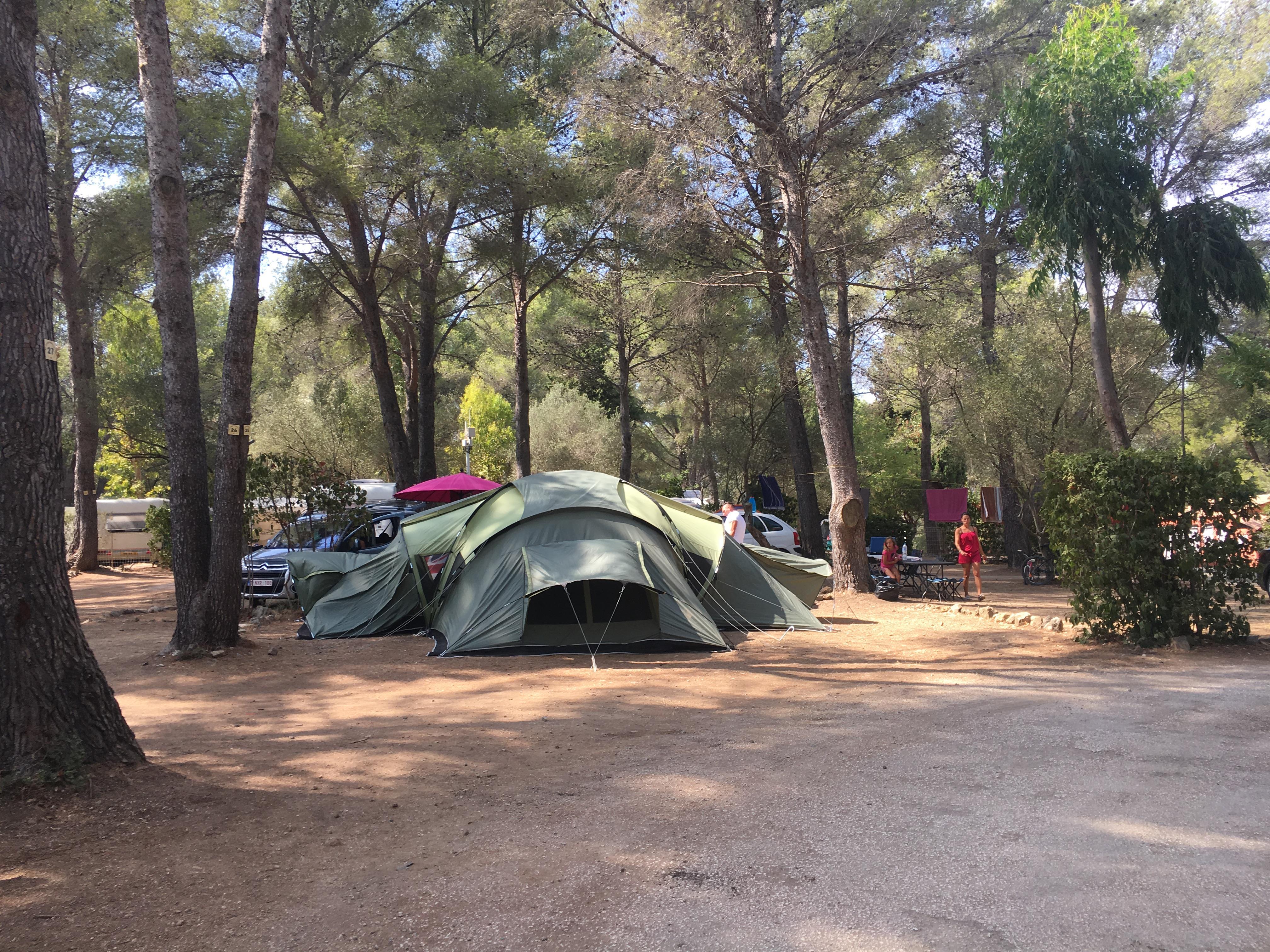 Emplacement - Forfait Confort : Emplacement   1 Voiture   Tente, Caravane Ou Camping-Car   Électricité (10A) - Camping Le Beau Vezé