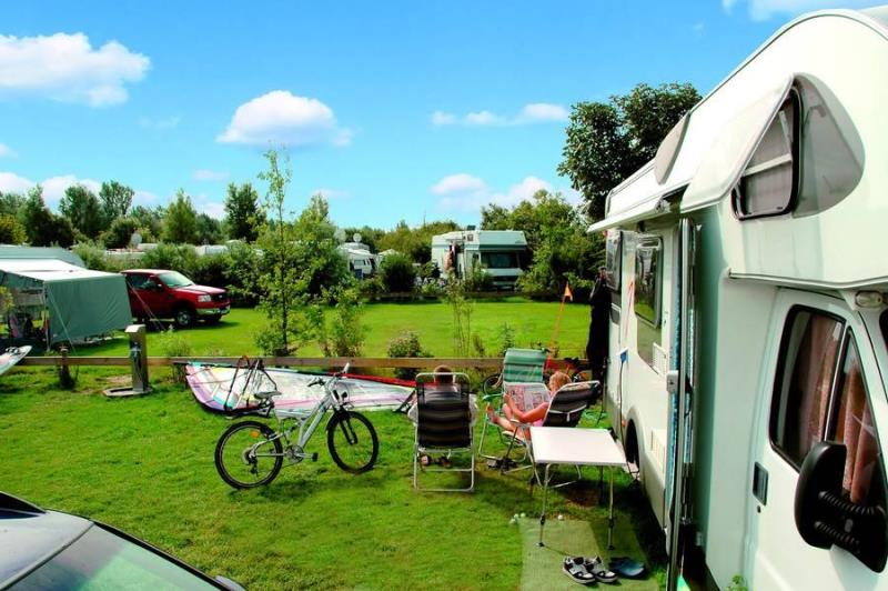 Emplacement - Confort Caravane Familles - Camping- und Ferienpark Wulfener Hals-Fehmarn