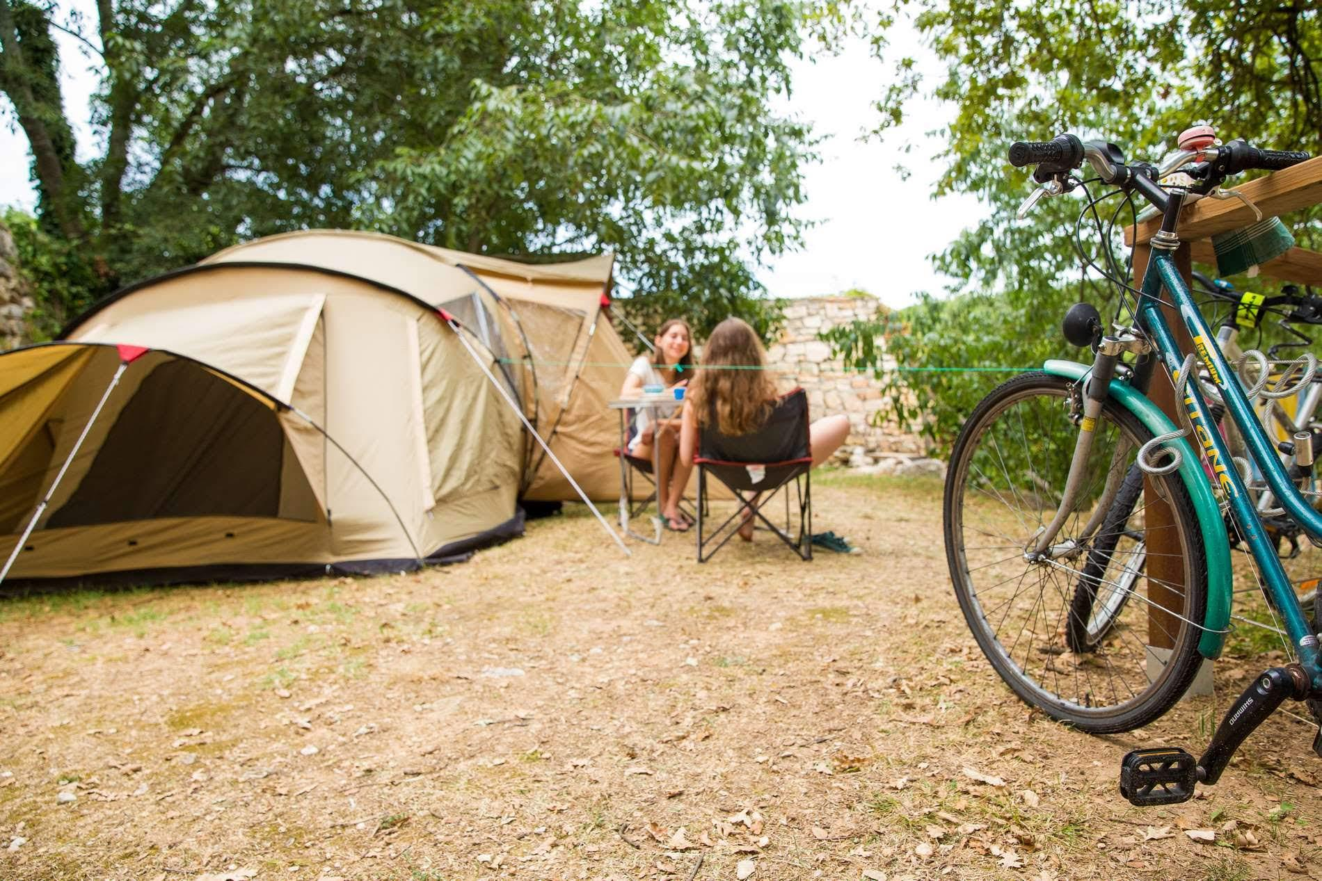 Forfait camping-caravaning : 1 emplacement pour 2 personnes avec 1 véhicule