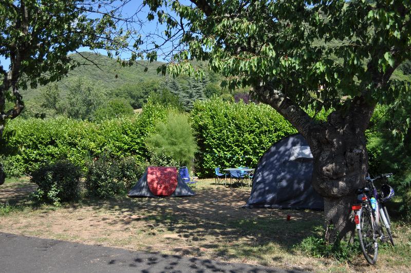 Emplacement - Emplacement+Voiture + 2 Personnes (Électricité En Option) - Camping Les Cerisiers du Jaur