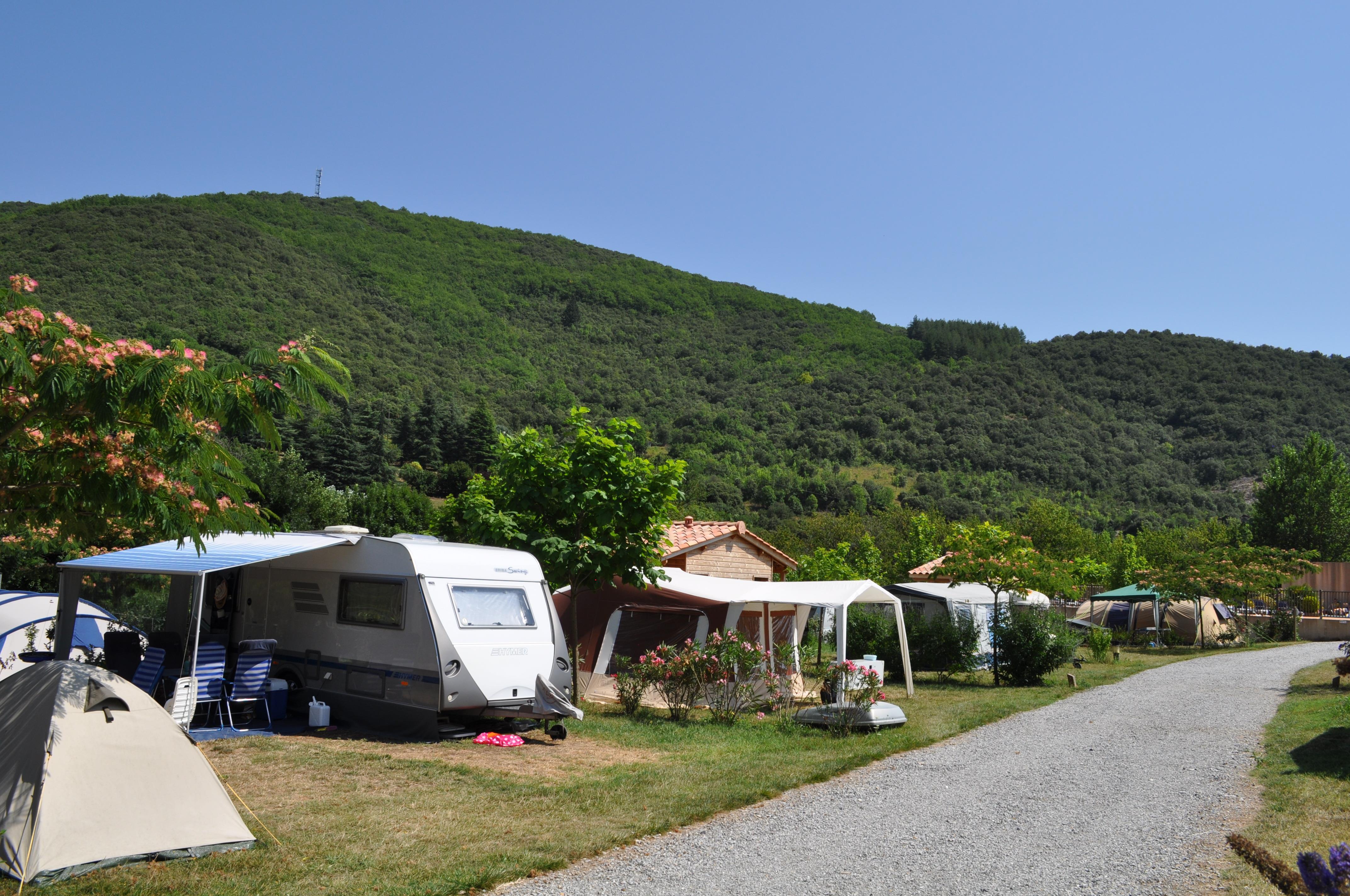 Emplacement - Emplacement + Sanitaire Privé + 2 Pers. + Électricité - Camping Les Cerisiers du Jaur