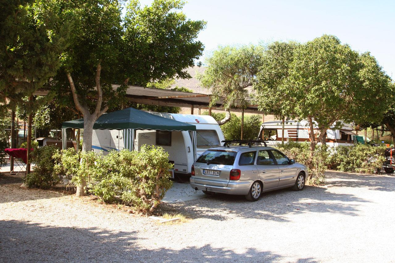 Stellplatz Wohnwagen und Fahrzeug