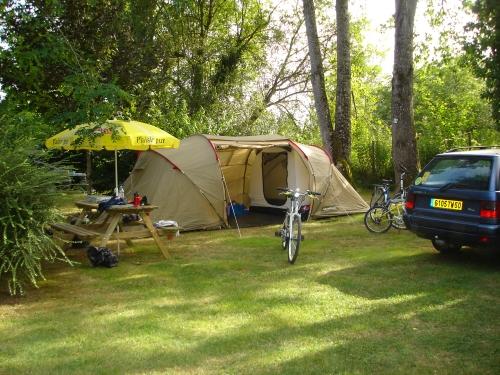 Emplacement - Emplacement Pré-Équipé (Frigo, Plaques Gaz, Électricité, Table, Chaises, Tonnelle,Barbecue) - Camping Le Tiradou