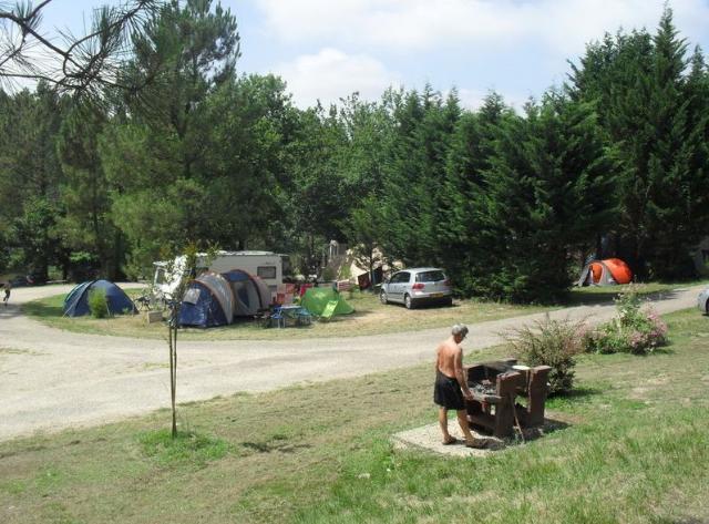 Emplacement - Emplacement Nature Avec Électricité Inclus   - 80 À 100 M² Pour Tente Et Caravane Uniquement - 6 A - Camping Sites et Paysages Etang de Bazange