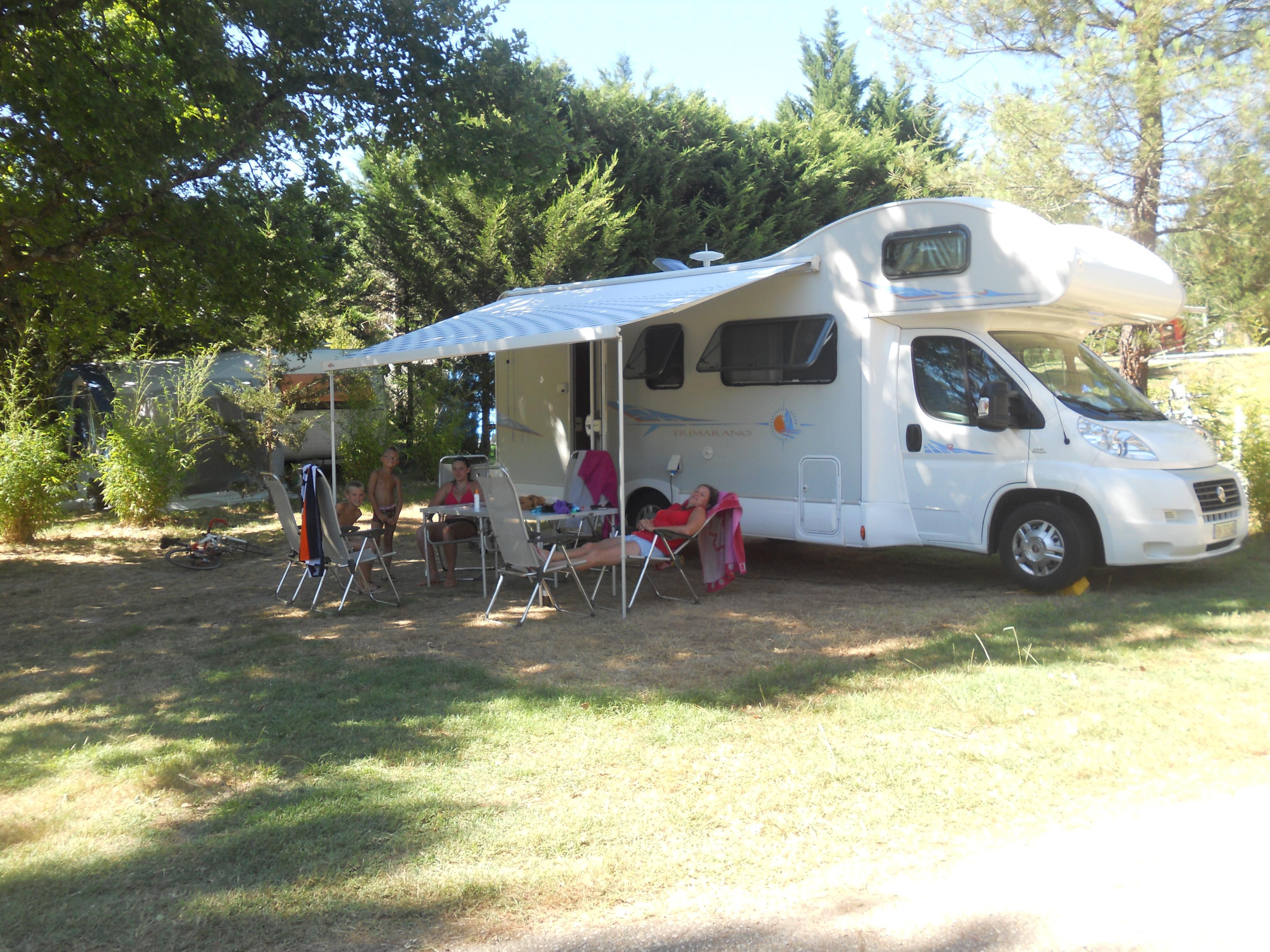 Emplacement - Emplacement Petite Vue Etang Avec Électricité Inclus - 100 À 120 M² Pour Caravane Ou Camping-Car - 6 A - Camping Sites et Paysages Etang de Bazange
