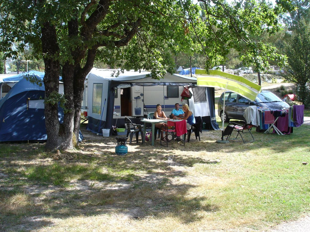 Emplacement - Emplacement Xl Grand Confort  Avec Électricité 16 A Inclus - 100 À 150 M² - Eau, Elect 16 A, Évacuation Eaux Usées Sur L'emplacement - Camping Sites et Paysages Etang de Bazange
