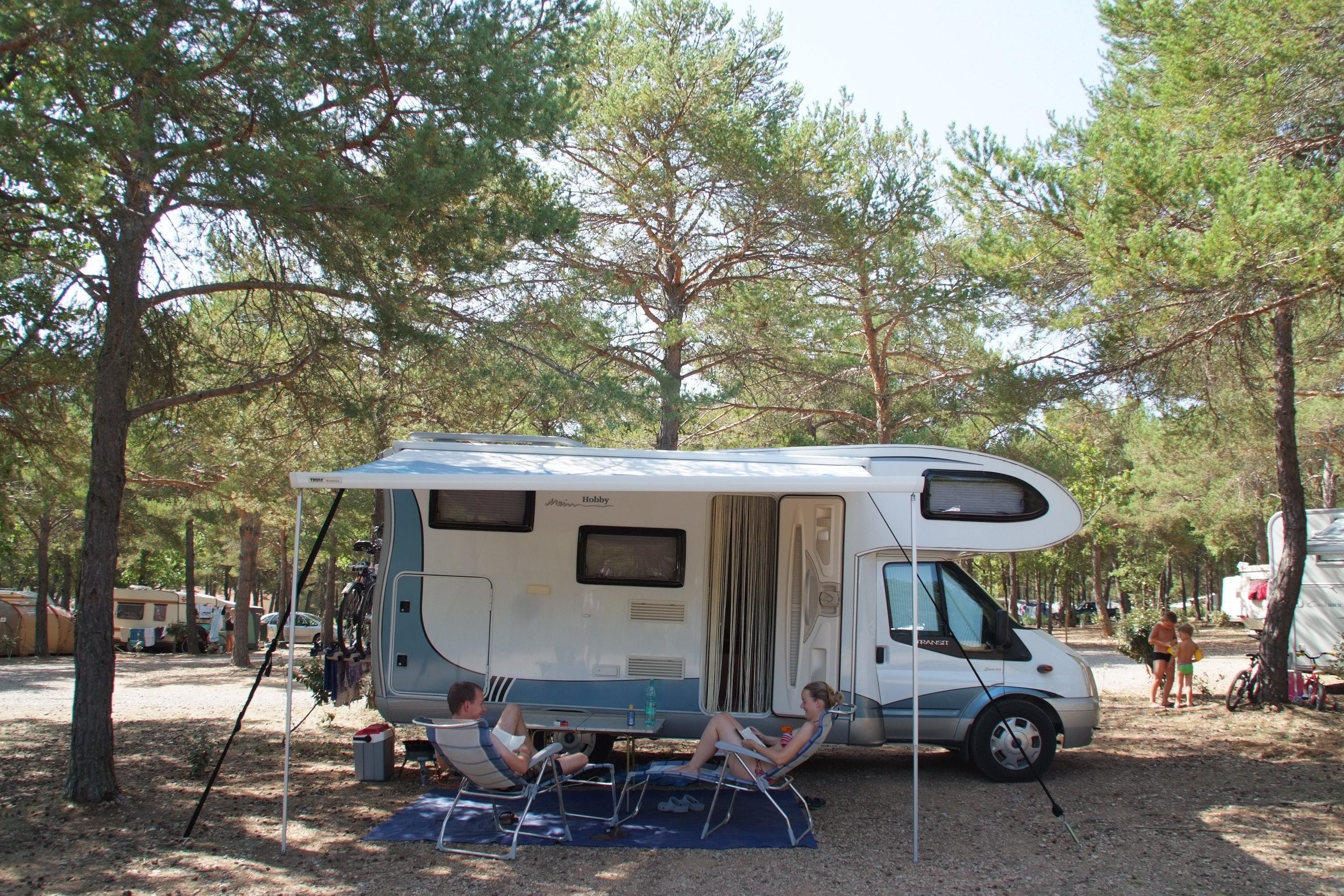 Emplacement - Forfait Emplacement Confort 120 M² + Électricité (1 À 8 Personnes) - Camping La Farigoulette