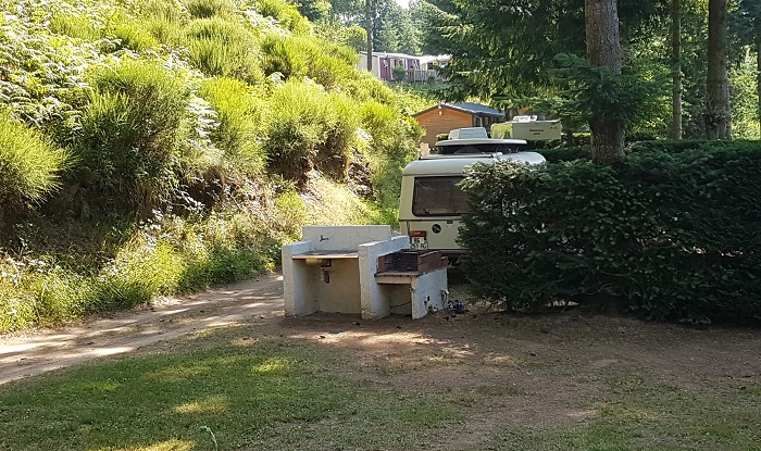 Emplacement - Forfait Privilège Electricité 15A Avec Un Évier Eau Froide Et Un Barbecue : 2 Personnes Avec 1 Tente (Ou 1 Caravane) Et 1 Voiture Ou 1 Camping-Car - - Flower Camping Le Belvédère