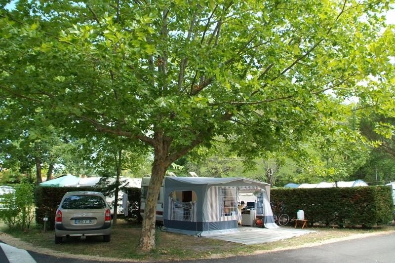 Emplacement - Forfait Confort (1 Tente Ou 1 Caravane Ou 1 Camping-Car + 1 Voiture Ou 1 Moto + Électricité 10A) - Camping Bimbo