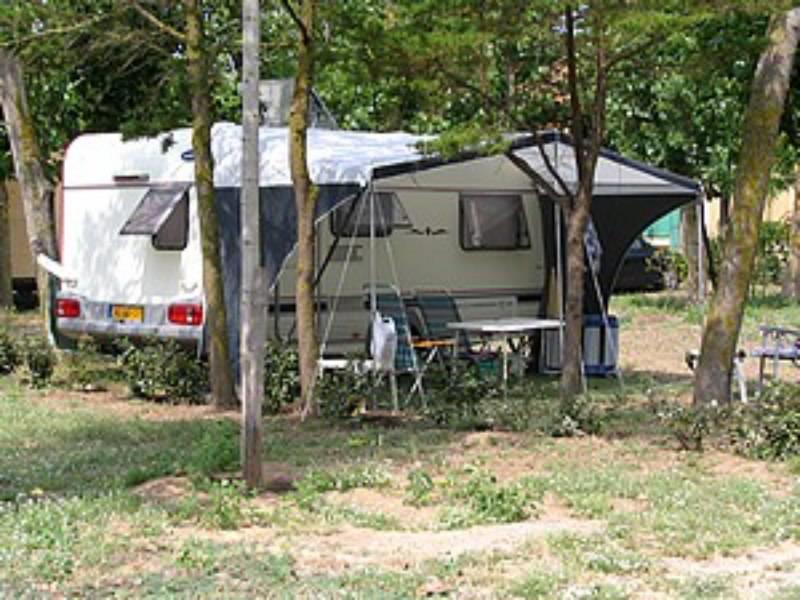 Forfait Privilège (1 tente, caravane ou camping-car / 1 voiture / électricité 10A) + frigo + 1 table + 4 chaises