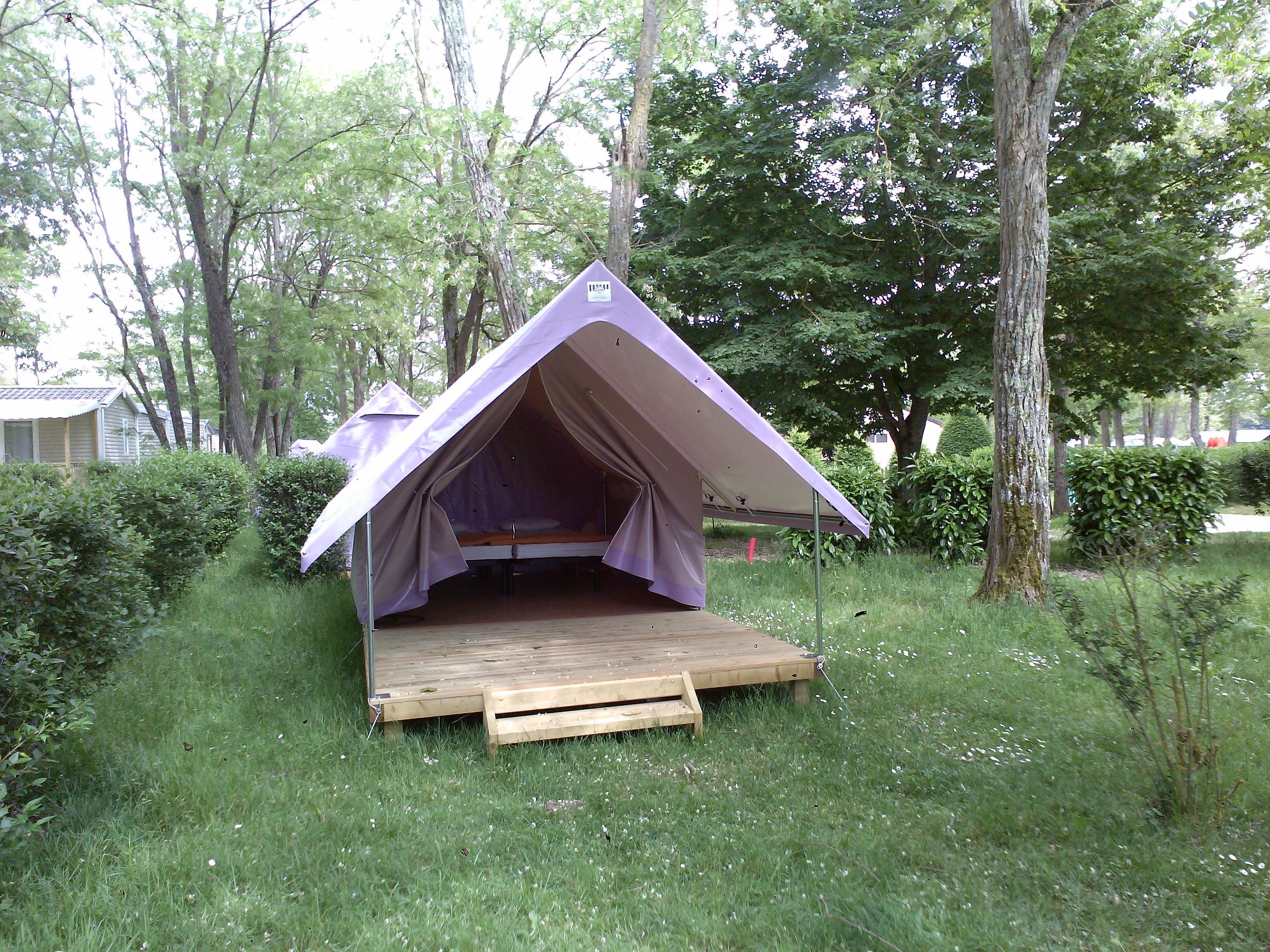 Emplacement - Tente Treck : Emplacement Équipé D'une Tente Canadienne Sur Plancher Avec Une Chambre + Une Terrasse Intégrée - Camping Les Portes de Sancerre