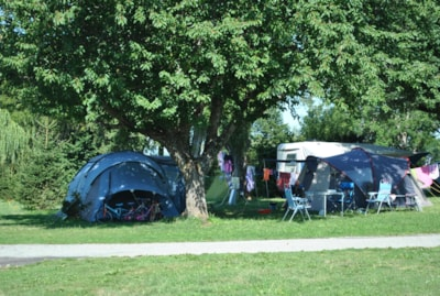 Emplacement , 1 voiture + tente ou caravane ou Camping-car,  90 à 110m²