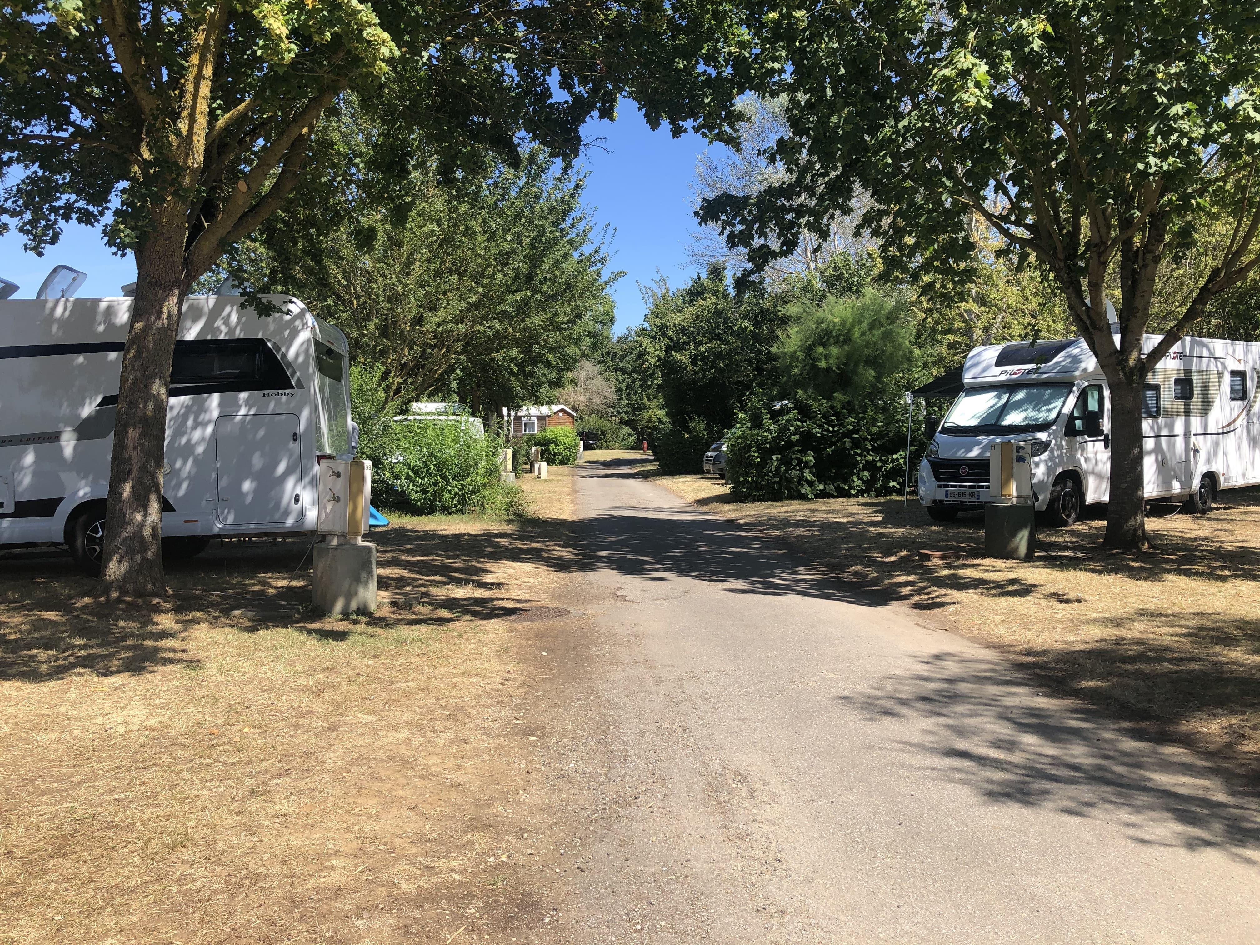 Emplacement - Forfait Confort (Électricité 10A) - Camping du Lac de Saint-Cyr