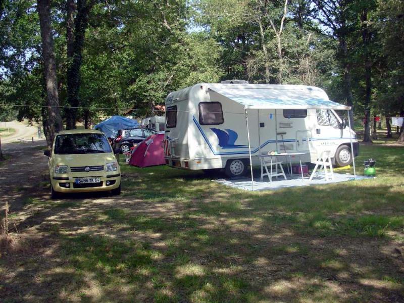 Ubicación y1/ 2 personas + 1 tienda o caravana y vehículo o coche camping solamente.