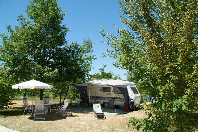Emplacement - Emplacement Grand Confort - Electricité 10A - Eau - Evacuation Wc Eaux Grises - 100M² - Camping Castel Le Camp de Florence