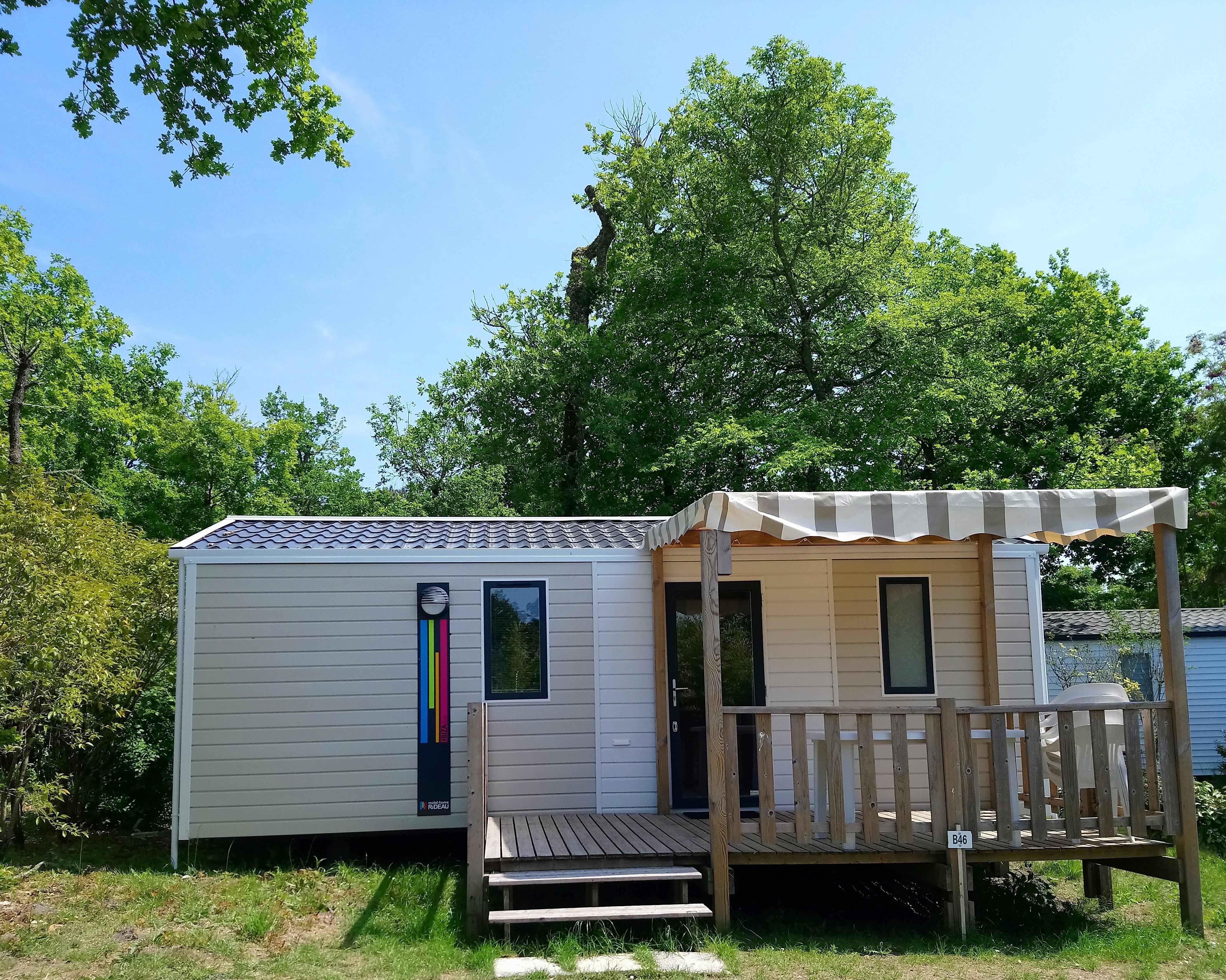 Mobil-home Confort+ 26m² - 2 chambres + TV + terrasse en bois semi couverte
