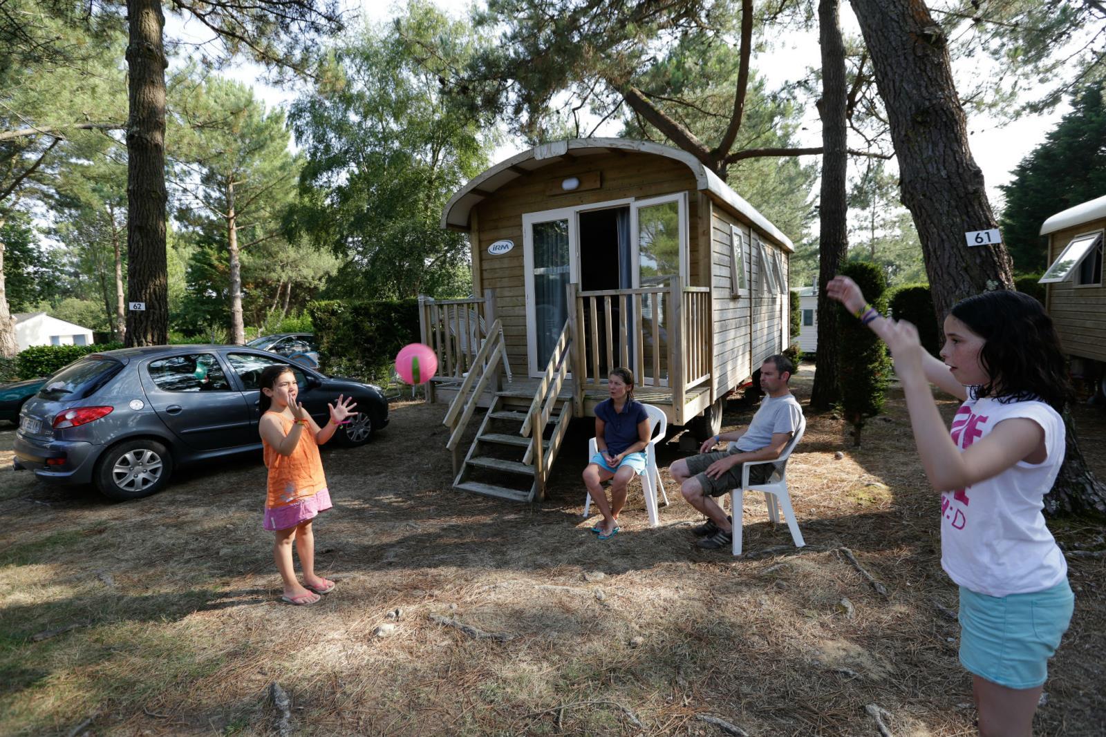 Location - Roulotte Tzigane Confort - 23M² - 2 Chambres Confort + Terrasse - Camping Le Fort Espagnol