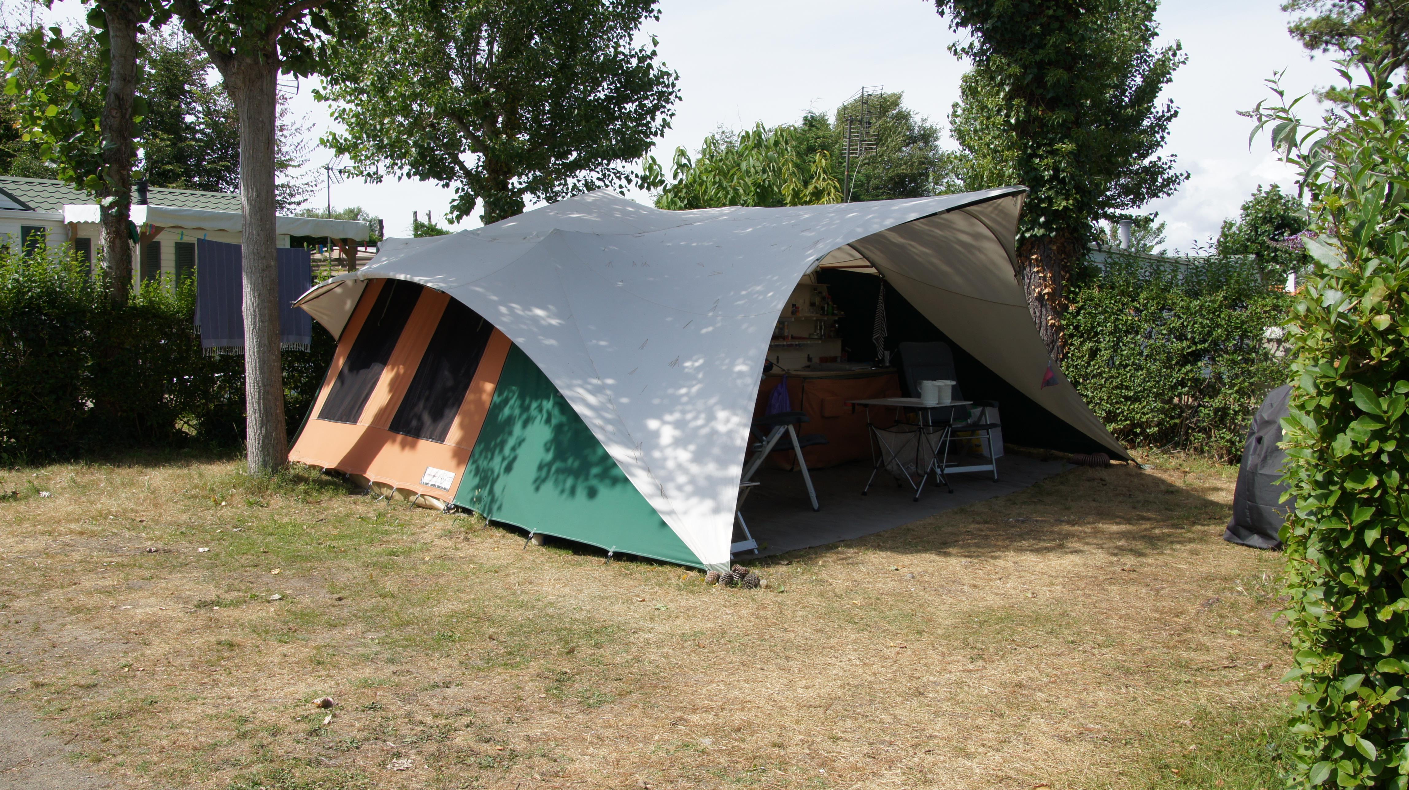 Piazzola + elettricità 10A + veicolo + tenda o roulotte