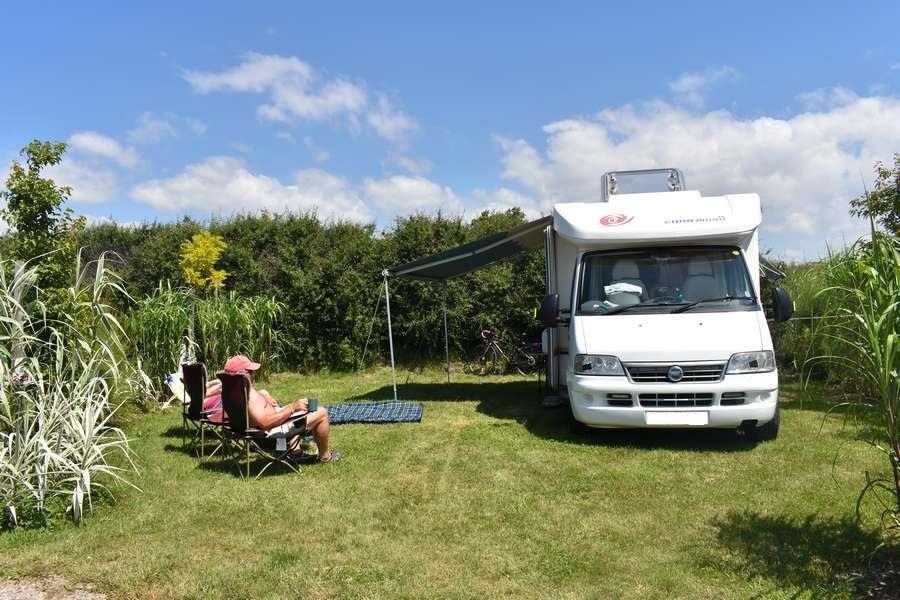 Piazzola Confort (tenda, roulotte, camper / 1 auto / Elettricità 10A)