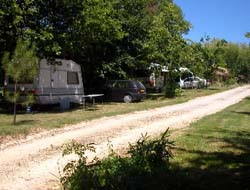 Emplacement - Emplacement Caravane Ou Camping-Car+ Électricité 6A - Camping De Bergougne