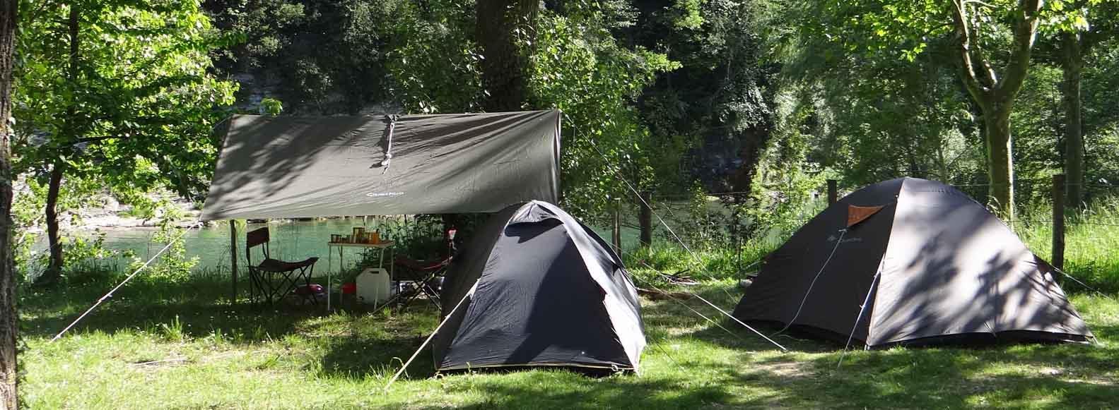 Emplacement camping, spacieux et ombragé, 2 personnes, voiture.